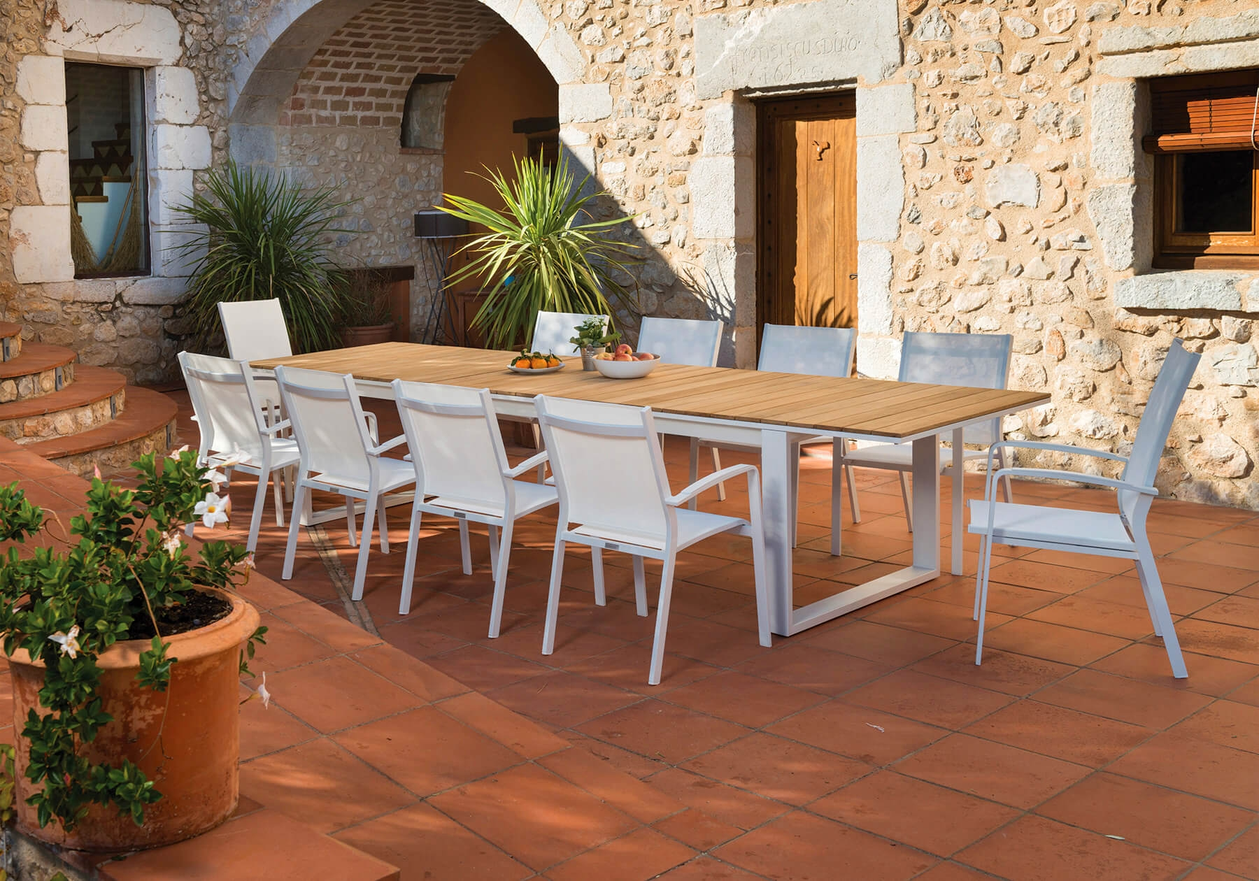 Grande table de jardin extensible en aluminium et teck de la ...